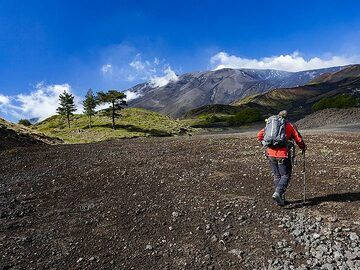 Our guide Franco in front of Etna and its lava flows. (Photo: Tobias Schorr)