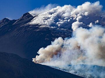 The smoking summit and the active fissure eruption in May 2019. Seen from the rim of Valle del Bove. (Photo: Tobias Schorr)