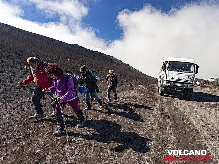 The VolcanoAdventures group ascending towards the May 2019 eruption site. (Photo: Tobias Schorr)