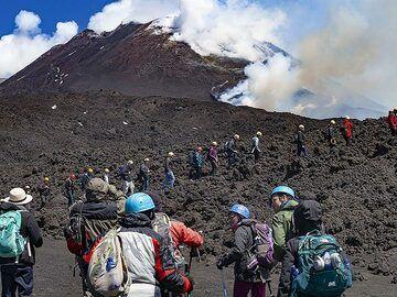 The VolcanoAdventures group watches the eruption on Etna. (Photo: Tobias Schorr)