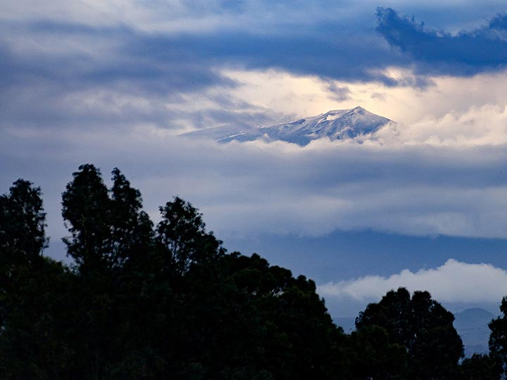 A view towards the cloudy Etna summit from Catania airport. (Photo: Tobias Schorr)