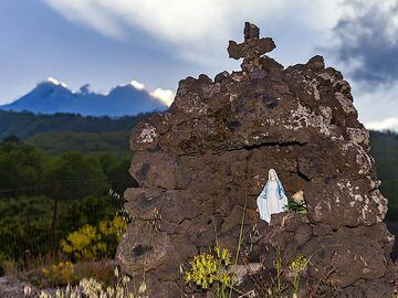 A little sanctuary and the view towards Etna summit craters. (Photo: Tobias Schorr)