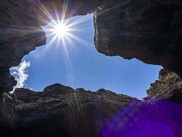 """The sun in the lava cave """"grotta del lampioni"""". (Photo: Tobias Schorr)"""