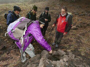 Eveline Pradal explains the remains of a lava burned tree. (Photo: Tobias Schorr)