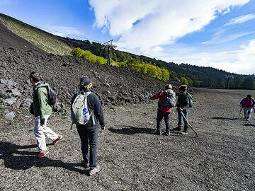 The group at the lava flows that nearly destroyed the cable car. (Photo: Tobias Schorr)