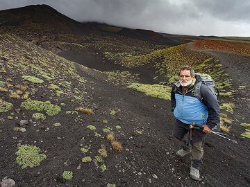 Our mountain guide Franco in front of an crater. (Photo: Tobias Schorr)