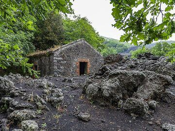 A hut that was nearly overflown by the lava of Etna volcano. (Photo: Tobias Schorr)