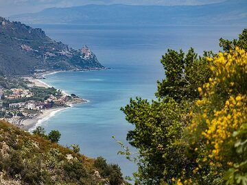 View towards the south-east coast of Sicily. (Photo: Tobias Schorr)