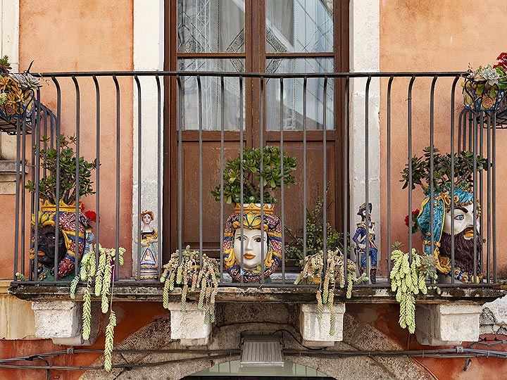 A balcony decorated with the typical ceramics from Taormina. (Photo: Tobias Schorr)