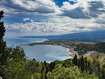 View to the western part of the southcoast of Sicily from Taormina. (Photo: Tobias Schorr)