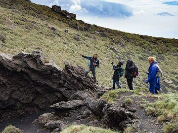 Our guide Lorenzo explains an fissure at Etna volcano. (Photo: Tobias Schorr)