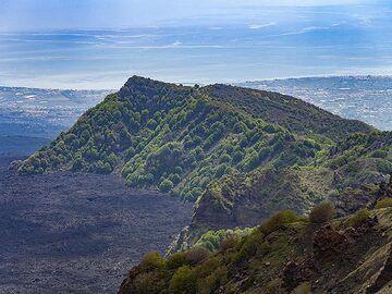 The landscape of Valle del Bove at Etna volcano. (Photo: Tobias Schorr)