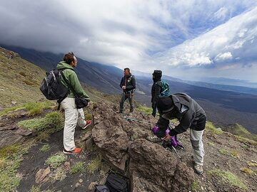 The VolcanoAdventures group in front of the Valle del Bove. (Photo: Tobias Schorr)