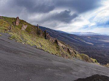 Steep descent into the ash of Valle del Bove. (Photo: Tobias Schorr)