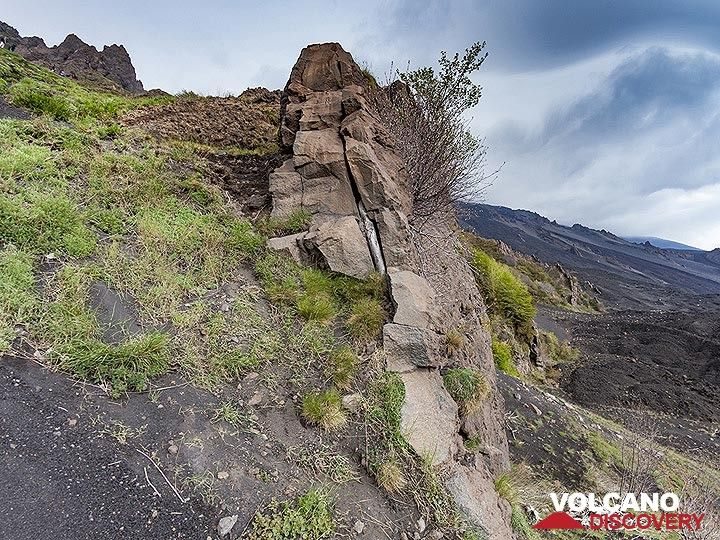 An old volcanic dyke at Valle del Bove. (Photo: Tobias Schorr)