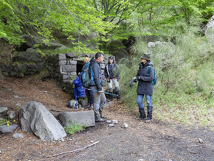 Break at a little water source in the forest around Valle del Bove. (Photo: Tobias Schorr)