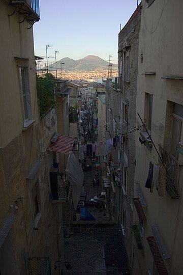 Blick auf den Vesuv aus einer Gasse von Neapel (Photo: Tom Pfeiffer)