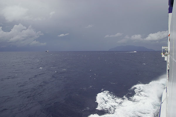 Vew towards the islands from the ferry. (Photo: Tom Pfeiffer)