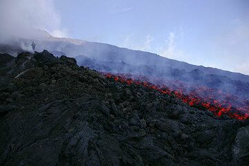 The new lava flow SE of the SE crater on Etna (Photo: Tom Pfeiffer)