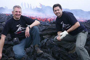 Robert und Adam am neuen Lavastrom (Photo: Tom Pfeiffer)