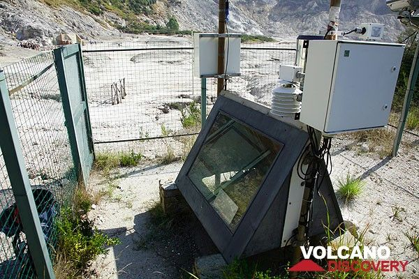 Monitoring instruments at Solfatara volcano (Photo: Tom Pfeiffer)