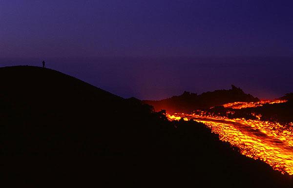 Lavastrom am Ätna. Ein Fotograph steht einsam auf dem Höhenzug links. (Photo: Tom Pfeiffer)