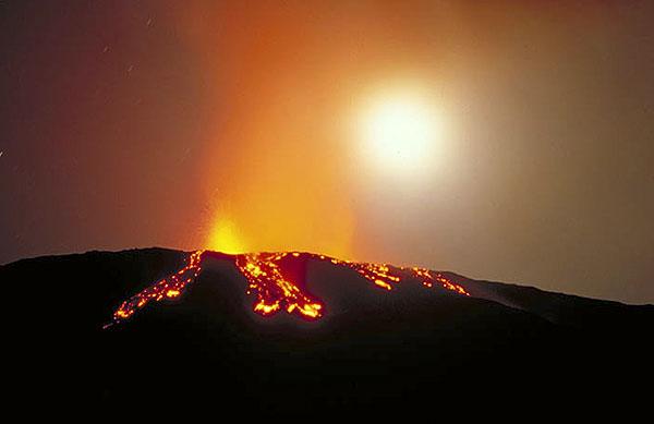 Lava overflowing the western rim of Bocca Nuova, Etna volcano, in Oct 1999 (Photo: Tom Pfeiffer)