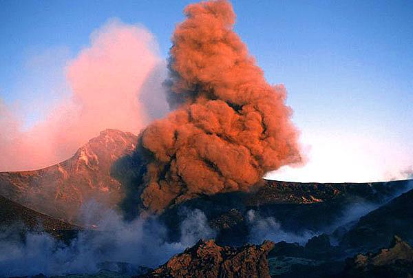 Aschenwolke von einer strombolianischen Explosion im Bocca Nuova Krater. (c)