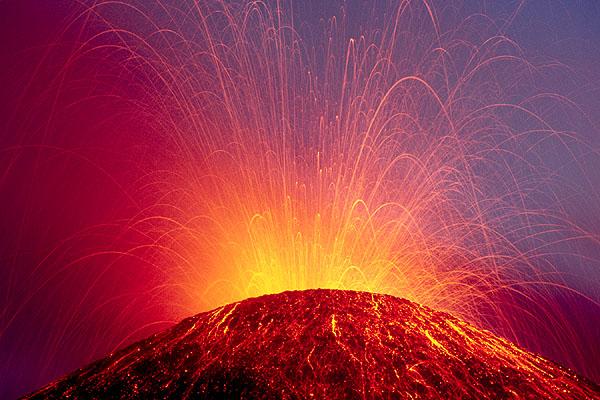 Heller strombolianischer Ausbruch des Südostkraters im Juni 2001 (Ätna) (Photo: Tom Pfeiffer)