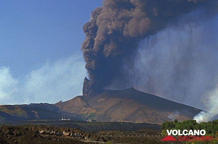 25. Juli 2001. Der neue Krater auf 2500m Höhe oberhalb des Gipfels der Montagnola stößt große Aschenmengen aus, die auf der Südseite des Ätna herabregnen.  (Photo: Tom Pfeiffer)