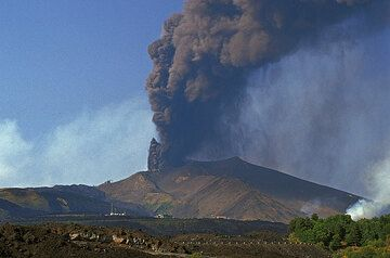 July 25, 2001. The 2500m vent near the Montagnola summit (300m away from the mountain station of the cable car) continues to emit heavy loads of ash raining down over Etna's SE flank. (Photo: Tom Pfeiffer)