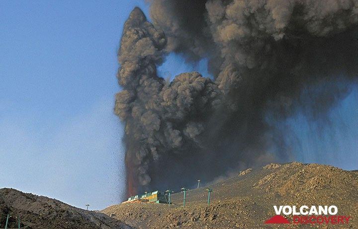 Dichte Aschenwolken werden von den Lavafontänen am neuen Krater oberhalb der Seilbahnstation ausgestoßen.  (Photo: Tom Pfeiffer)