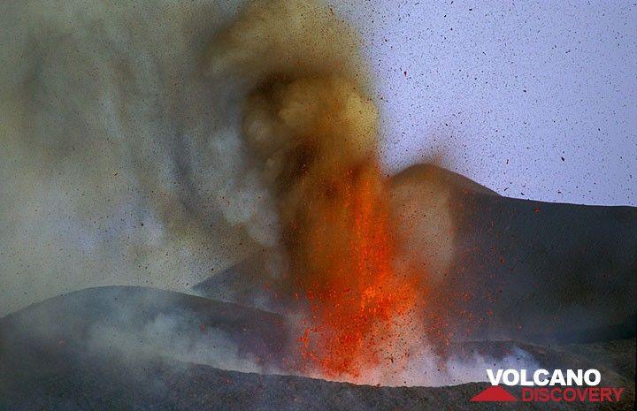 25. Juli 2001. Der neue Krater wächst fast sichtbar rasch durch helftige Lavafontänen. (Photo: Tom Pfeiffer)