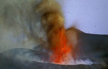 25 July 2001. The new crater at 2500m continues to grow fast, almost visibly. In short succession it is ejecting 50-100m high jets and fountains of lava. (Photo: Tom Pfeiffer)
