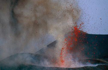 Lava fountains from the 2500 m vent. MOntagnola in the background. (Photo: Tom Pfeiffer)