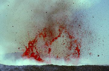Occasionally, fascinating giant magma bubbles up to 50m diameter explode within the crater, thus indicating the presence of a high-level lava lake within the crater. (Photo: Tom Pfeiffer)