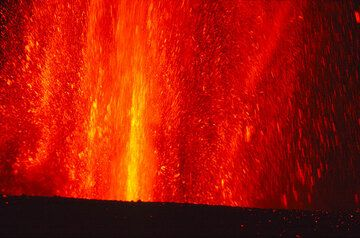 The lower part of the lava fountain at night. (Photo: Tom Pfeiffer)