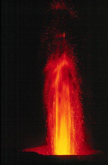 Night-time lava fountain. (Photo: Tom Pfeiffer)