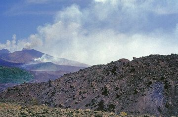 The lava flow from the 2100 m vent (middle left) 4 km short of Nicolosi village. (Photo: Tom Pfeiffer)