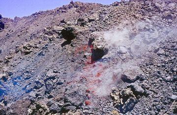 Immer wenn sich einzelne Blöcke von der steilen Stirn des Lavastroms lösen, kann man das heiße Innere sehen. (Photo: Tom Pfeiffer)