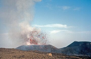 Exploding lava bubble from the 2500 m vent. Compared to the ash-rich lava fountains the previous day, the activity is purely magmatic today. This and the following two photos were taken within 2 seconds and show the same explosion. (Photo: Tom Pfeiffer)