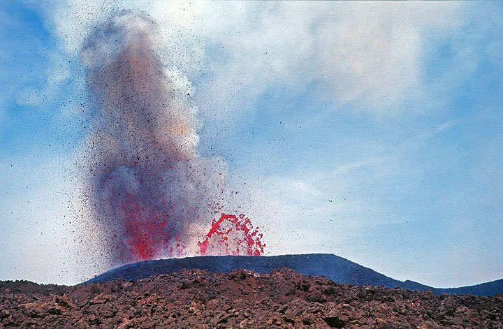 Lava bubble and fountains from the new crater. (Photo: Tom Pfeiffer)