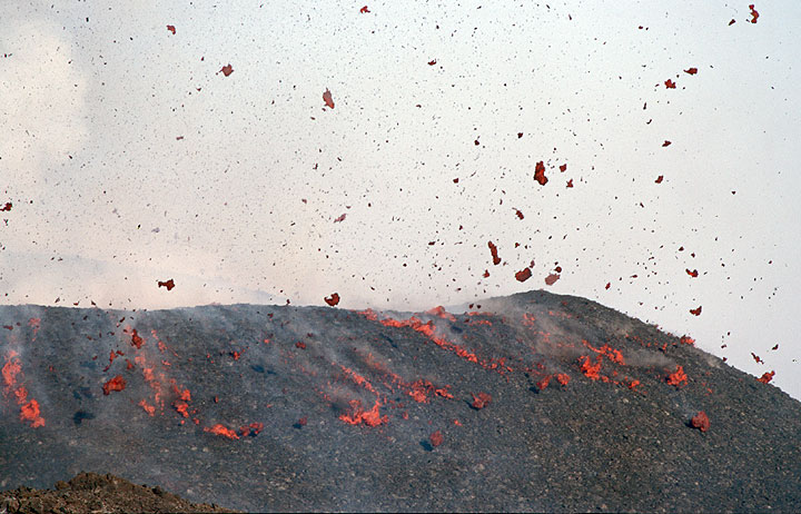 Flying and landing lava bombs on the rim of the new crater. (Photo: Tom Pfeiffer)