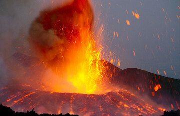 Evening lava fountain.  (Photo: Tom Pfeiffer)