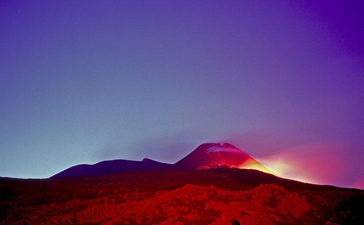 Die Bocchen auf 2900 m Höhe vor dem Südostkrater. Das rote Licht kommt von den ausbrechenden Hornitos hinter mir. (Photo: Tom Pfeiffer)