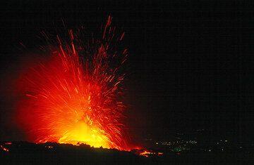 Nächtliche Explosion mit Auswürfen 500+ Meter hoch. (Photo: Tom Pfeiffer)