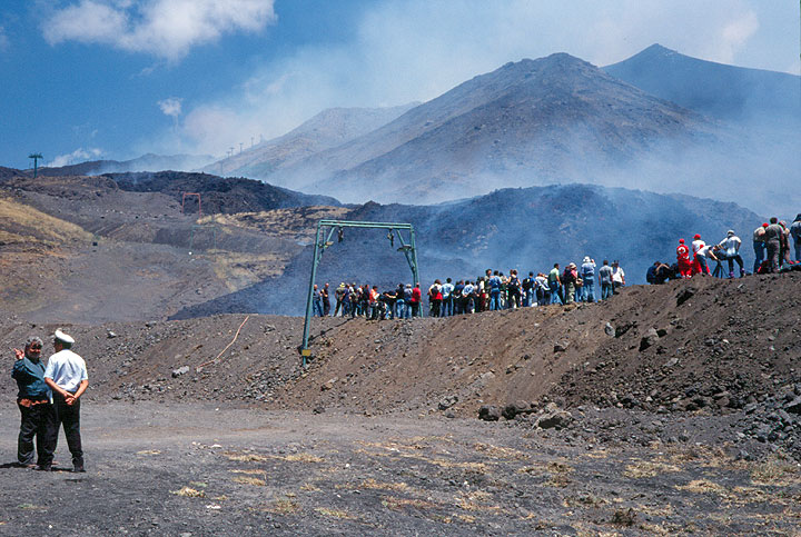 July 27. Will the dam hold and contain the lava flow to the other side? Spectators, mostly journalists watch the lava flow invading La Sapienza. (Photo: Tom Pfeiffer)