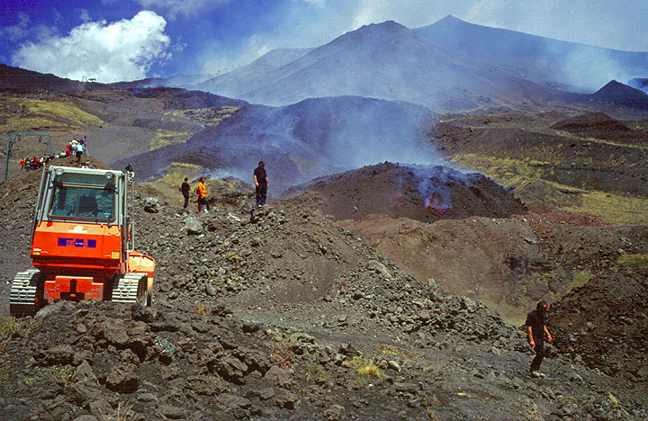 Landscaping on an active volcano: both bulldozers and lava flows transform the surface... (Photo: Tom Pfeiffer)