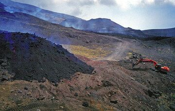 The lava flow and the bulldozer. Who's going to win? (Photo: Tom Pfeiffer)