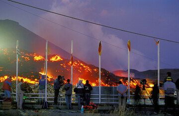 Thanks to its perfect setting and timing - mid July - the eruption receives lots of media coverage. (Photo: Tom Pfeiffer)